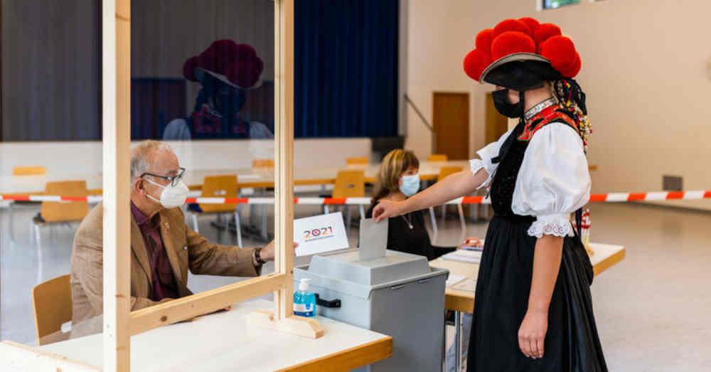 Bundestagswahl, Gutach, Schwarzwald, Wahllokal, Wahlurne, Stimmzettel, Bollenhut, Tracht, © Philipp von Ditfurth - dpa
