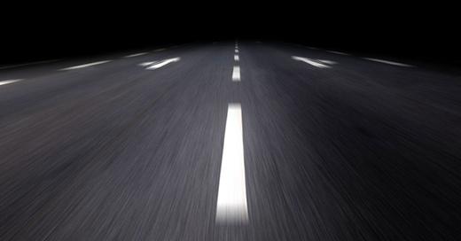 Autobahnrennen auf dunkler Straße, © sp4764 - Fotolia.com