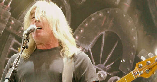 ACDC, Cliff Williams,, © Weatherman90 at English Wikipedia [CC BY-SA 3.0], via Wikimedia Commons