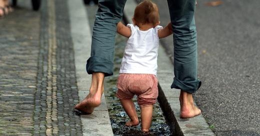 Bächle. Freiburg, Kinder, Baby, © Patrick Seeger - dpa