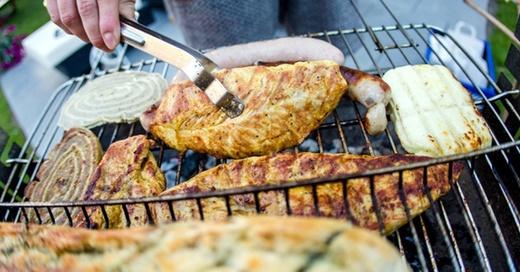 Grillen, Barbecue, Fleisch, © Christoph Schmidt - dpa