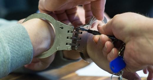 Handschellen, Prozess, Gerichtsverhandlung, © Patrick Seeger - dpa