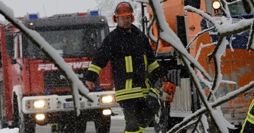 Feuerwehr, Glätte, Schnee, © Patrick Seeger - dpa