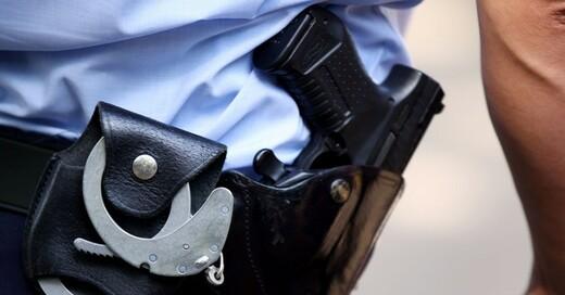 Dienstwaffe, Polizei, Handschellen, © Oliver Berg - dpa (Symbolbild)