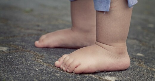 Kind, Füße, Beine, Kleinkind, © Pixabay (Symbolbild)