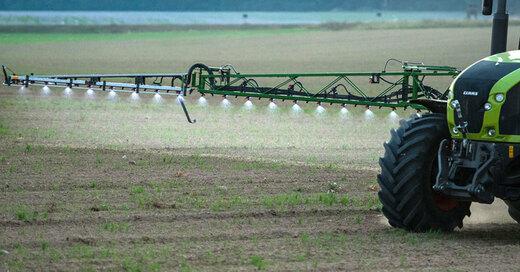 Traktor, Pestizide, Landwirtschaft, © Patrick Pleul - dpa (Symbolbild)
