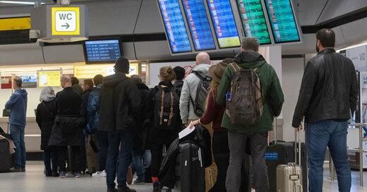 Flughafen,  Passagiere, Reisende, Verspätung, © Paul Zinken - dpa (Symbolbild)