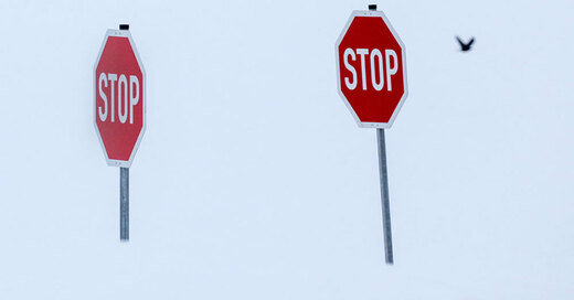 Stoppschild, Schnee, Winter, © Thomas Warnack - dpa (Symbolbild)