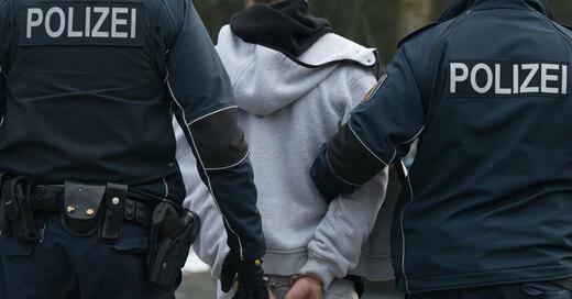 Festnahme, Handschellen, Polizei, © Armin Weigel - dpa (Symbolbild)