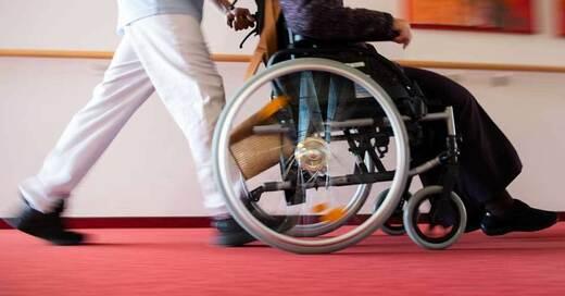 Altenpflege, Rollstuhl, Seniorin, Rentner, © Tom Weller - dpa (Symbolbild)