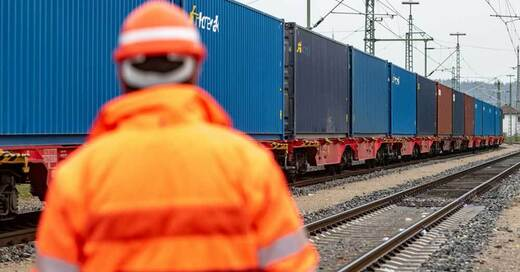 Güterzug, Deutsche Bahn, Container, © Armin Weigel - dpa (Symbolbild)