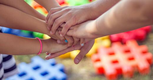 Zusammenhalt, Familie, Erwachsene, Kinder, Hände, © Pixabay (Symbolbild)