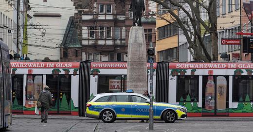 Freiburg, Bertoldsbrunnen, Polizei, Straßenbahn, Innenstadt, © Patrick Seeger - dpa