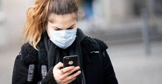 Coronavirus, Mundschutz, Atemschutzmaske, Handy, Smartphone, © Kay Nietfeld - dpa (Symbolbild)