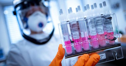 Coronavirus, Covid-19, Schutzanzug, Labortest, © Peter Steffen - dpa (Symbolbild)