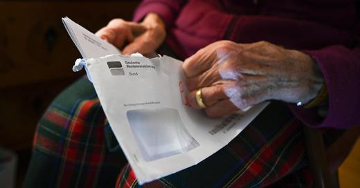 Rente, Deutsche Rentenversicherung, Rentenbescheid, Rentner, Alter, Senioren, © Felix Kästle - dpa (Symbolbild)