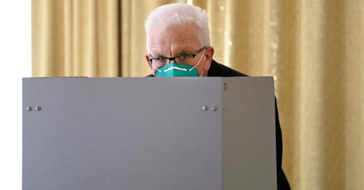 Winfried Kretschmann, Grüne, Ministerpräsident, Landtagswahl, Stimmabgabe, Wahllokal, Mundschutz, © Marijan Murat - dpa