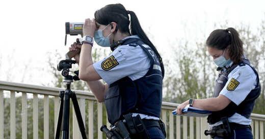 Verkehrspolizei, Lasermessung, Abstandsmessung, Radarfalle, Blitzer, © Bernd Weißbrod - dpa (Archivbild)