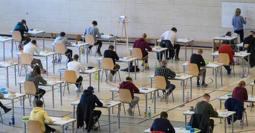 Abitur, Abschlussprüfungen, Turnhalle, Schule, Gymnasium, © Robert Michael - dpa-Zentralbild / dpa