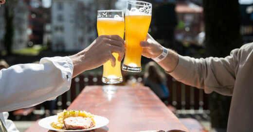 Anstoßen, Bier, Biergarten, Vesper, © Tom Weller - dpa (Symbolbild)