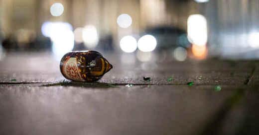 Bierflasche, Glasscherben, Feiern, Party, Körperverletzung, Müll, © Christoph Schmidt - dpa (Symbolbild)