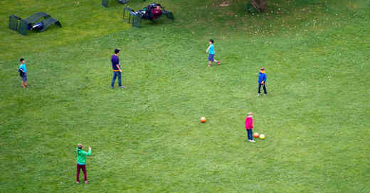 Kinder, Fußball, Spielen, Wiese, Sport, © picture alliance / dpa (Symbolbild)