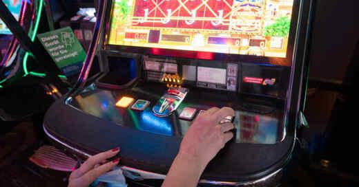 Glücksspiel, Spielhalle, Spielautomat, Automatenwirtschaft, Spielkasino, Sucht, © Bernd Weißbrod - dpa (Symbolbild)