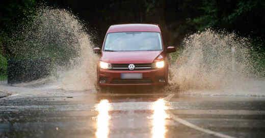 Überflutung, Überschwemmung, Straße, Verkehr, Hochwasser, Auto, Regen, Aquaplaning, Unwetter, © Jonas Güttler - dpa (Symbolbild)