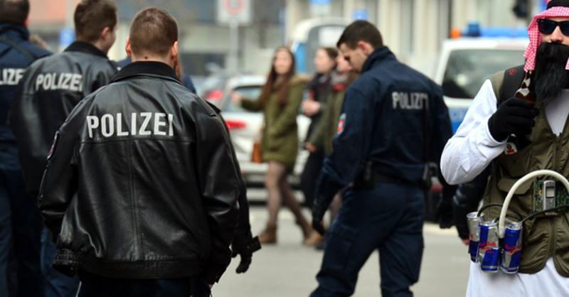 Fasnet, Kostüm, Terrorist, © (Symbolbild) Julian Stratenschulte - dpa