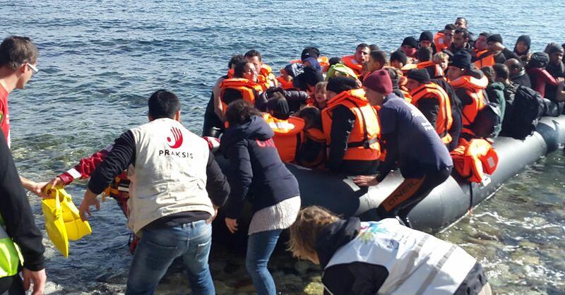 Flüchtlinge im Boot vor Lesbos, © Christoph Rive