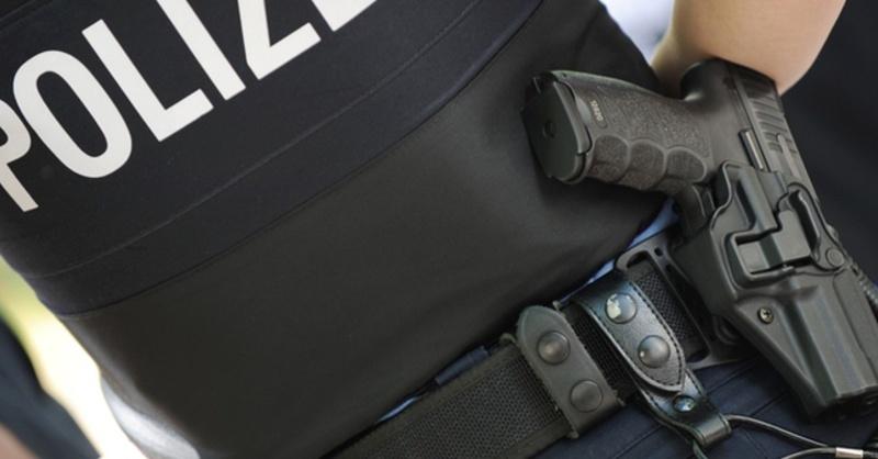 Polizei, Schutzweste, Dienstwaffe, © dpa