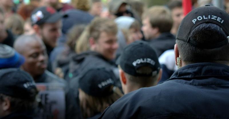 Polizei Einsatz Demo Menschenmenge Symbolbild, © pixabay (Symbolbild)