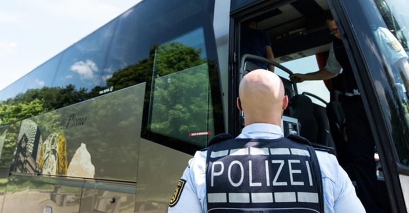 Polizei, Reisebus, Kontrolle, © Patrick Seeger - dpa (Symbolbild)