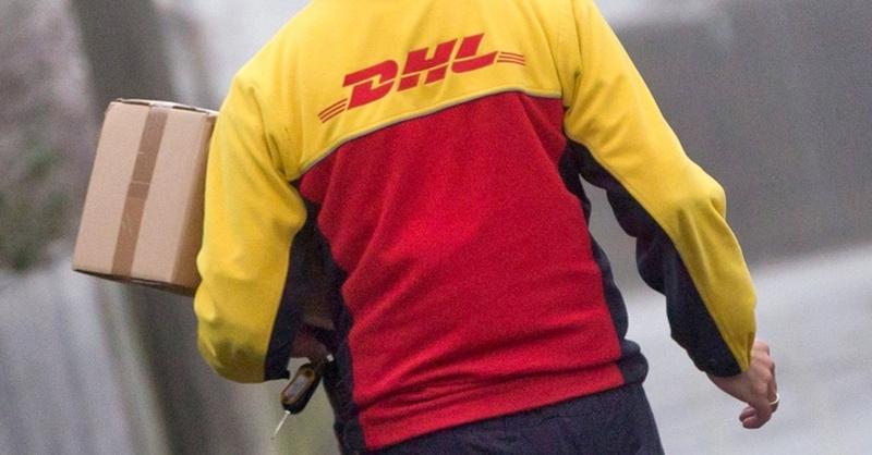 Paketbote, DHL, Päckchen, © Daniel Karmann - dpa