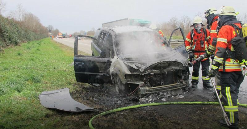 Feuerwehr, A5, ausgebranntes Auto, © Polizeipräsidium Freiburg