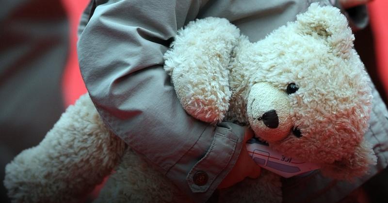 Teddybär, Kind, © Britta Pedersen - dpa (Symbolbild)