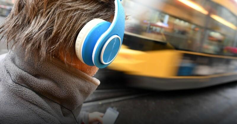 Kopfhörer, Smartphone, Straßenbahn, © Uli Deck - dpa (Symbolbild)