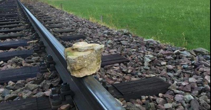 Stein, Gleise, Bahn, Zug, Felsbrocken, © SWEG