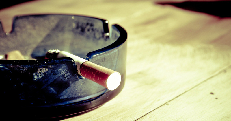 pixabay Symbolbild Zigarette in Aschenbecher auf Tisch, © pixabay