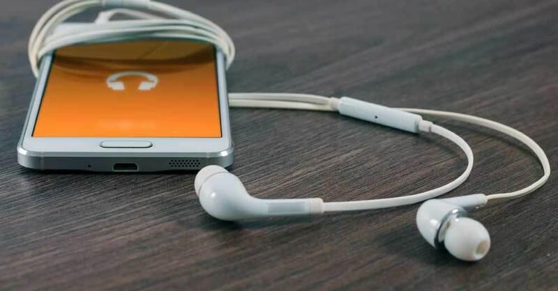 Smartphone, Kopfhörer, Handy, © William Iven - Unsplash (Symbolbild)