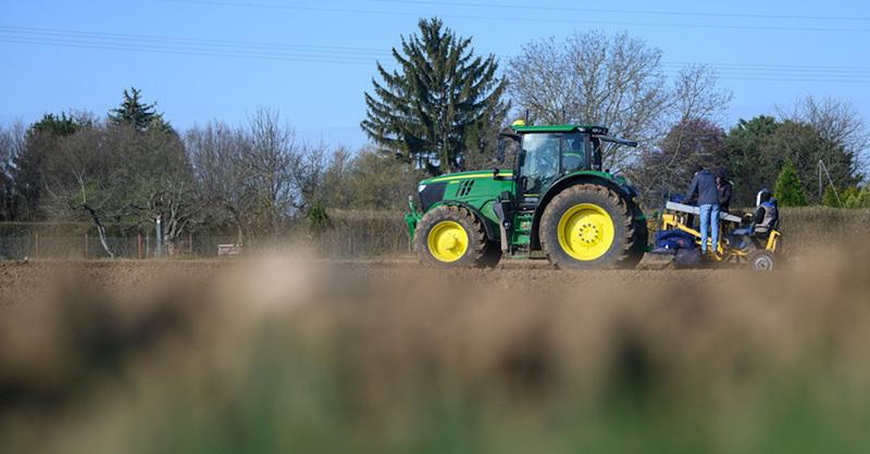 Spargelfeld, Erntehelfer, Traktor, Landwirtschaft, © Sebastian Gollnow - dpa (Symbolbild)