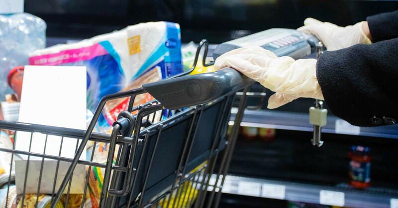 Einkaufen, Supermarkt, Einkaufswagen, Einweghandschuhe, Coronavirus, Covid-19, © Tom Weller - dpa (Symbolbild)