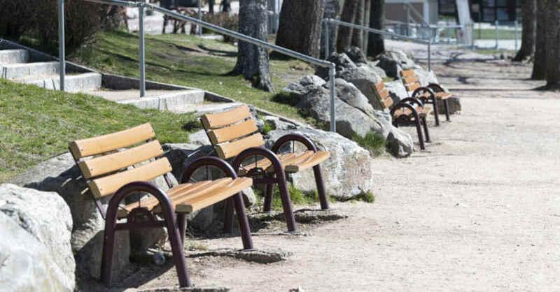 Titisee, Seeufer, Tourismus, Parkbank, Frühling, Hochschwarzwald, © Patrick Seeger - dpa