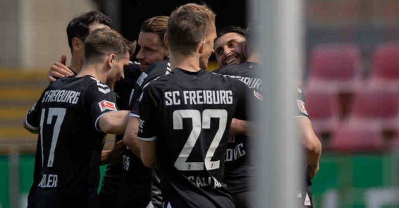 SC Freiburg, Roland Sallai, Vincenzo Grifo, Christian Günter, Fußball, Bundesliga, Torjubel, © Rolf Vennenbernd - dpa (Archivbild)