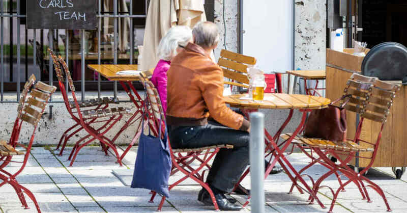 Gastronomie, Außengastronomie, Stühle, Tische, Restaurant, Terrasse, © Christoph Schmidt - dpa (Symbolbild)