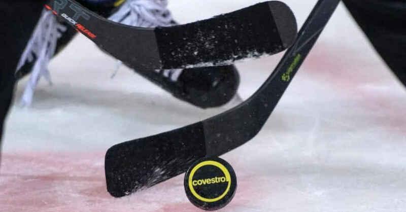 Eishockey, DEL2, Puck, Eishockeyschläger, © Bernd Thissen - dpa (Symbolbild)