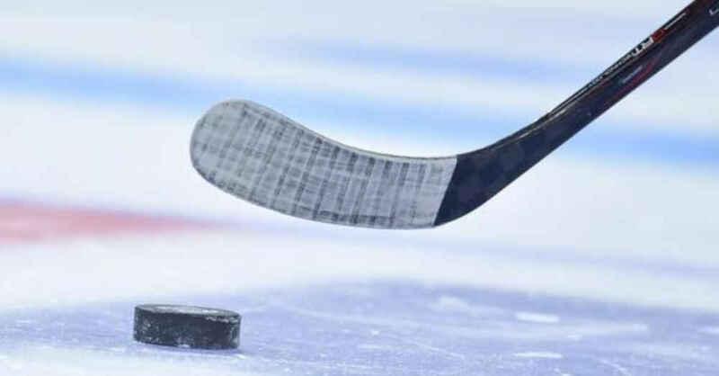 Eishockey, Eishockeyschläger, Puck, DEL2, © Uwe Anspach - dpa (Symbolbild)
