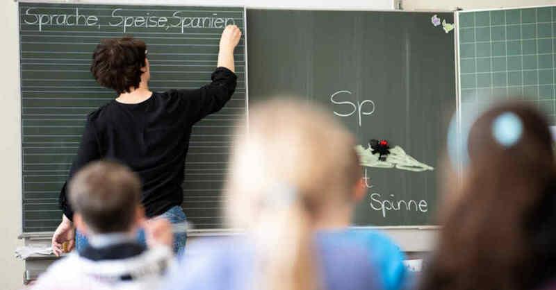 Lehrerin, Unterricht, Klassenzimmer, Grundschule, Lesen, Schreiben, Rechtschreibung, © Sebastian Gollnow - dpa (Symbolbild)