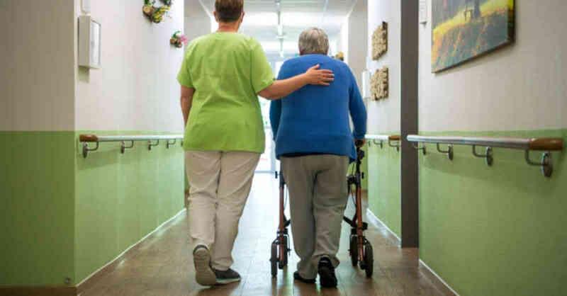 Pflegeheim, Seniorenheim, Rentner, Rollator, Altenpflege, Pflegeberufe, © Sina Schuldt - dpa (Symbolbild)