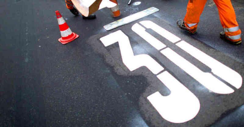 Tempo 30, 30er-Zone, Geschwindigkeitsbegrenzung, Tempolimit, Straßenverkehr, © Julian Stratenschulte - dpa (Symbolbild)